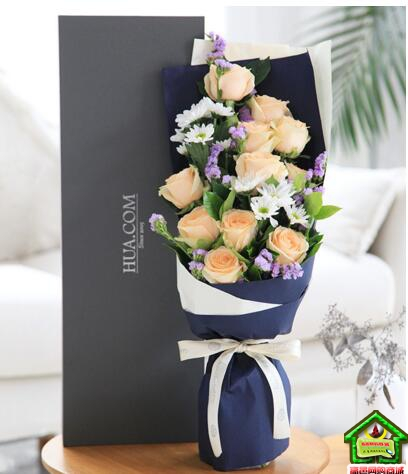 我只钟情你--香槟玫瑰11枝、白色小雏菊3枝 错落有致 甜蜜纯洁