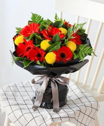 白羊座守护花--红色扶郎12枝 ,黄色乒乓菊7枝 白羊座鲜花定制款